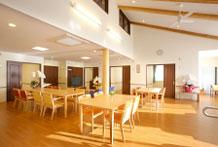 明るく開放的な共用スペース(全面床暖房完備)