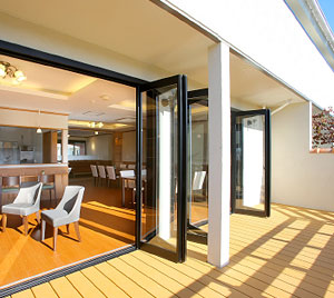 サービス付き高齢者専用マンション 泉プラチナホーム篠ケ瀬 アートに囲まれた明るく開放的な1Fサロン・テラス