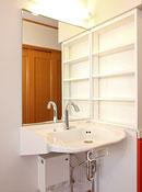 大きな鏡付き洗面台は車イスの使用も可能