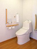 車イスでの使用も可能な広々としたトイレ